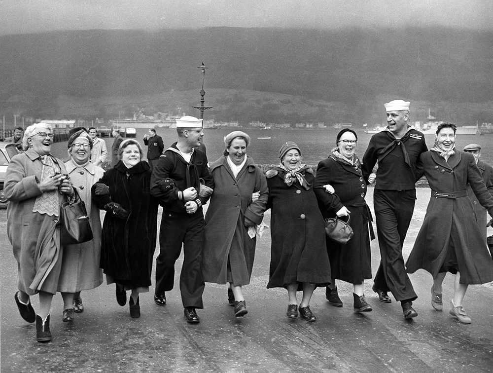 Glasgow Housewives with US Navy , © Harry Benson