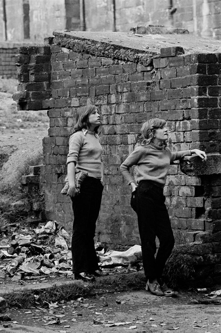 Teenage girls waiting in backyard of tenement block Maryhill © Nick Hedges/Shelter 1971