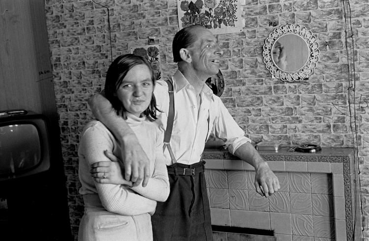 Couple-in-a-Leith-tenement-flat-Edinburgh-1972-433-18