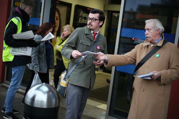 Yes Scotland campaigners distribute leaflets in Partick, Glasgow. ©Jeremy Sutton-Hibbert 2014, all rights reserved.